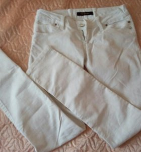 Голубые и белые джинсы