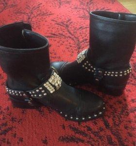 Стильные ботинки со стразами
