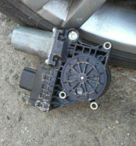 Задний левый мотор стеклопод'емника, без тропеции.