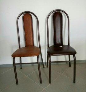 Металлические стулья с кожаной обивкой
