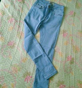 Светлые джинсы на завышенной талии.