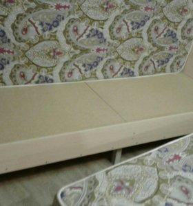 2 кровати с пружинными матрасами