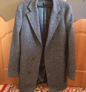 Мужское демисезонное серое пальто фирмы Benetton.
