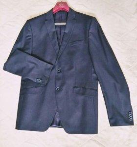 Мужской двубортный костюм
