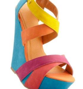 Разноцветные босоножки на каблуке-танкетке