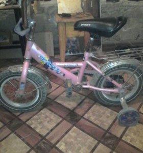 Розовый велосипед с тренировочным колесом