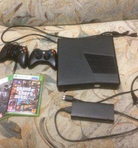Xbox 360 и две игры в комплекте.