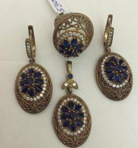 Четыре золота с синим драгоценным камнем и бриллиа