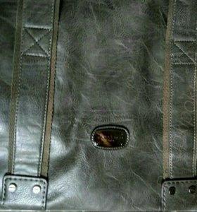 Дорожная кожаная сумка оттенка серого цвета красив