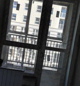 Окно с заниженным подоконником и дверь балконная