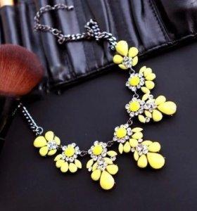 Яркое желтое ожерелье
