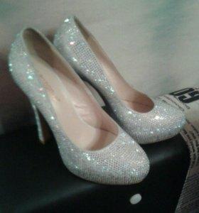 Туфли серебристые со стразами