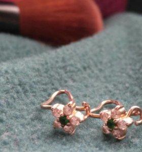 Золотые сережки с камнями.