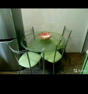 Стол обеденный из коленного стекла