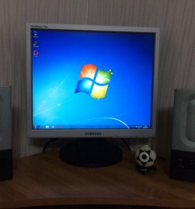 Настольный компьютер и стол