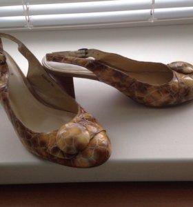 Туфли- босоножки (2 пары), охра и зелёный цвета