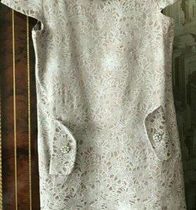 Платье с бусами
