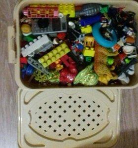 Полный ящик разных игрушек (конструктор лего и тд)