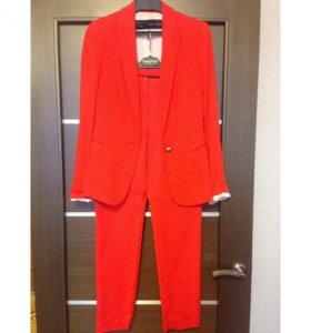 Блейзер и брюки красивого красно-кораллового цвета