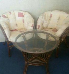Плетеный из ротанга комплект мебели стол и два кре
