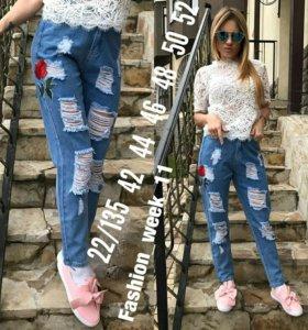 Рваные джинсы с нашивкой (роза)