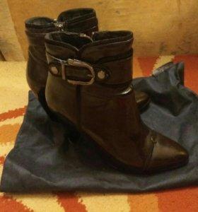 Ботинки осенние, кожаные, лаковые.
