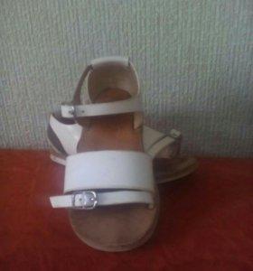 Zara. Лаковые босоножки для модницы