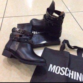 Ботинки Moschino.