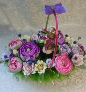 Корзина с пионами и розами из конфет