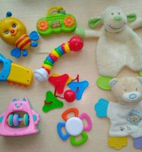 Погремушки и игрушки для малыша.