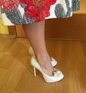 Белые кожаные туфли на шпильке