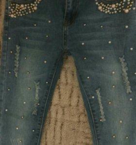 Новые красивые джинсы с бусинками.
