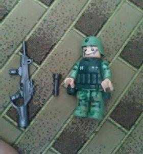 Большая фигурка лего солдатика.