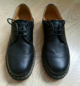 Ботинки низкие Dr.Martens, в идеале.
