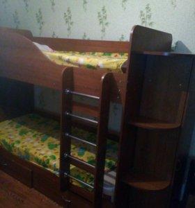 Кровать двухярусная и писменный стол