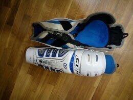Защита на ноги. Наколенники хоккейные. CCM U.
