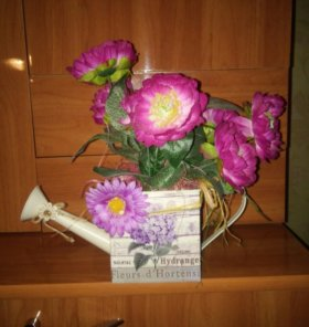 """Композиция """"цветы в лейке""""."""