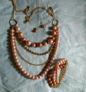 Комплект бижутерии.Серьги,браслет,ожерелье