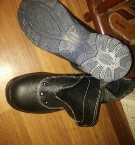 Продаются мужские ботинки с железными носами.