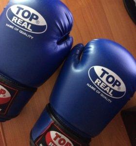 Новые боксёрские перчатки синие.