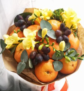 Букет из свежих фруктов и живых цветов.