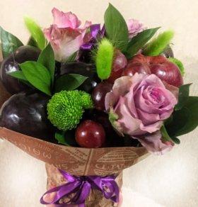 Букет из свежих фруктов и живых цветов