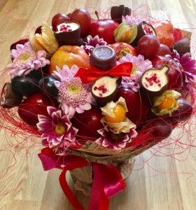 Букет из фруктов, живых цветов и конфет
