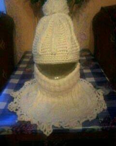 шапка вязаная и к ней прилагается манишка
