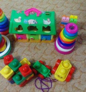 Домик.. Три пиромидки и кубики с машинками