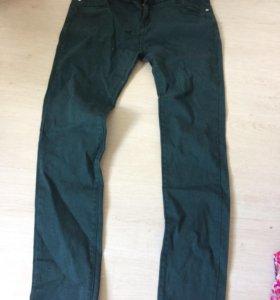 Темно-зеленые и бордовые джинсы