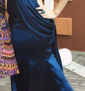 Темно-синее выпускное платье с открытой спиной