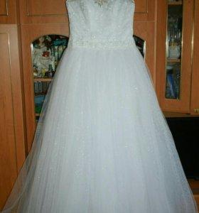 Свадебное платье, перчатки, колье.