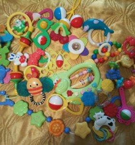 Детские игрушки и мобиль на кроватку