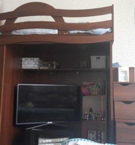 Кровать-чердак со шкаф-купе.